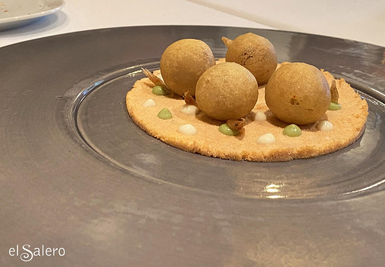 Fritura sevillana en cerámica artesanal cual sombrero de ala ancha. Restaurante Ispal, Sevilla. Foto: El Salero